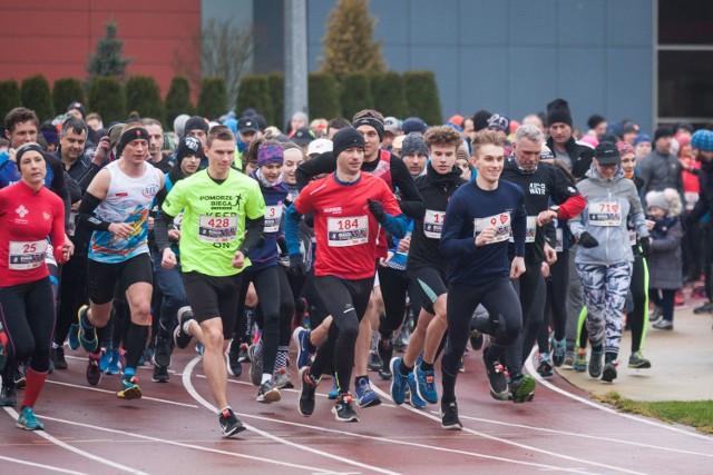 428 zawodniczek i zawodników wzięło w niedzielę udział w II Biegu WOŚP na Stadionie 650-lecia w Słupsku. - Znowu udało się pobić rekord, bo w 2019 roku w biegu uczestniczyło 398 zawodników - mówi Tomasz Czubak , utytułowany lekkoatleta i główny organizator biegu.  Tym razem zawodnicy zaczęli i zakończyli bieg na stadionie, pokonując 4 kilometry. Wśród kobiet najlepsze okazały się: Małgorzata Pazda-Pozorska (1. miejsce), Anna Karolak (2.miejsce) oraz Marta Szczudrawa (3.miejsce). W grupie mężczyzn tryumfowali Dawid Garski (1.miejsce) , Marcin Czerniewski (2.miejsce)  i Albin Zacharczuk(3.miejsce). Podczas imprezy zbierano datki na rzecz WOŚP. One oraz wszystkie wpłaty uczestników zostaną przekazane do słupskiego sztabu WOŚP.Zobacz także: Słupski Bieg Niepodległości.