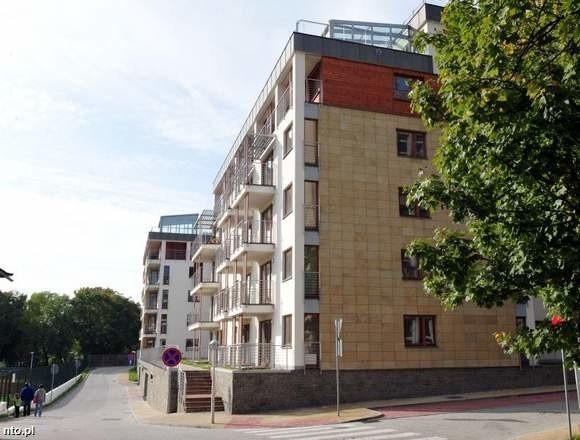 Apartamentowiec położony jest w centrum miasta, ale w bardzo spokojnym zaułku.