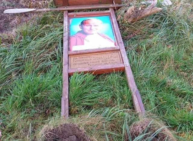 Zdewastowana pamiątkowa tablica poświęcona Janowi Pawłowi II  w Kargowie.