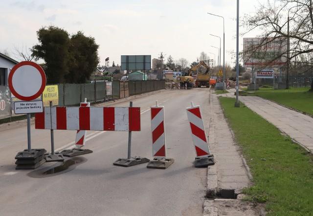 Ulica Wjazdowa miałaby mieć dwa pasy, od nowego ronda przy przejeździe do ulicy Kuśnierskiej. Te prace to jeden z elementów budowy nowego odcinka trasy N-S od ulicy Czarnoleskiej do Żakowickiej.