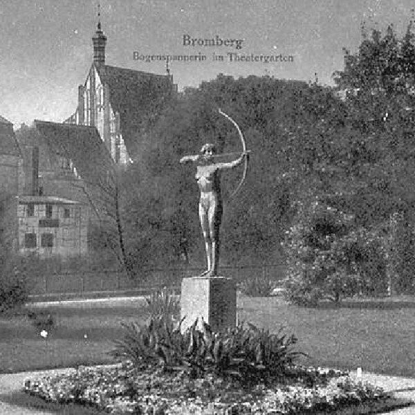 Tak prezentowała się Łuczniczka na Placu Teatralnym. Dziś możemy ją oglądać w parku Kochanowskiego. Gdzie jeszcze trafi posąg nagiej damy?