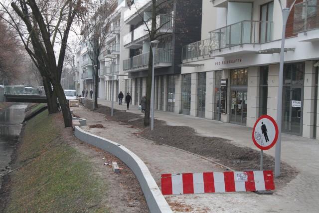 Budowa bulwaru w KielcachBudowa bulwaru na kieleckich Plantach wzdłuż Silnicy nie wygląda na zakończoną, nie widać tez robotników pracujących w pocie czoła.