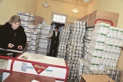 Prezes Urszula Chrustek pracująca bezpłatnie wraz ze swymi wolontariuszami własnymi rękami rozładowują tony żywności, które potem pakują w świąteczne paczki Fot. Jan Ciepliński