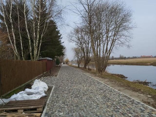 Trakt pieszo-rowerowy będzie biegł wzdłuż Narwi po obu stronach mostu