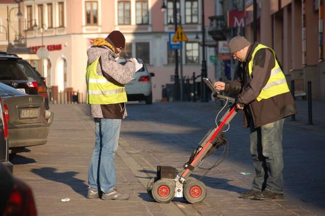 Badania ulicy Krakowskiej przy wykorzystaniu georadaru. Na zdj. Adam Baranowski i Dawid Furdyna