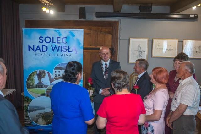 Piękny jubileusz Złotych Godów obchodziło dziewięć par z terenu gminy Solec nad Wisłą. Z tej okazji w miejscowym Urzędzie Miasta zorganizowana została uroczystość.