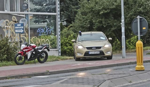 Motocyklista przewrócił się na rondzie łączącym ulice Botaniczną, Michalskiego i Tatrzańską.