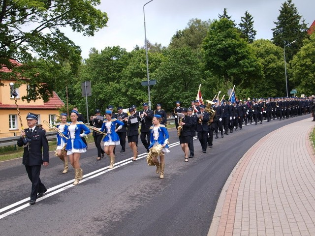 Po kościelnych uroczystościach korowód strażacki pomaszerował ulicą Żymierskiego w Białym Borze na plac przy nowej remizie.