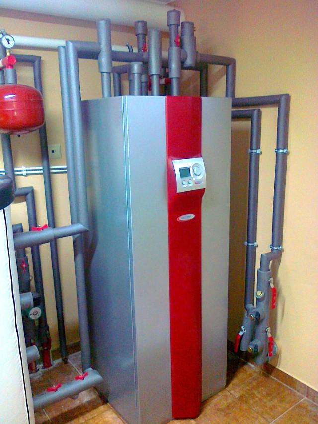 Instalacja z pompą ciepłaKażda instalacja z pompą ciepła (solanka-woda, woda-woda, powietrze-woda) powinna posiadać bufor centralnego ogrzewania. Dzięki takiej baterii cieplnej pompa będzie pracować płynnie w całym sezonie grzewczym.