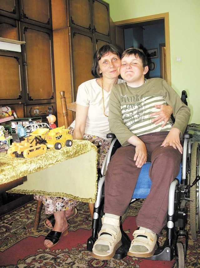 Bożena Mróz i jej syn Michał. Chłopiec porusza się na wózku. Nie potrafi jednak samodzielnie usiąść. Trzeba mu w tym pomagać.
