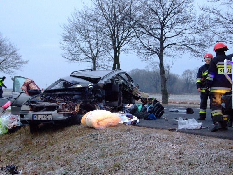 Kierowca opla zginął na miejscu. Pasażer z omegi z obrażeniami ciała był zakleszczony w samochodzie.