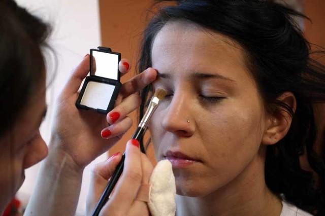Studentki Wyższej Szkoły Kosmetologii i Ochrony Zdrowia pokazywały, jak robić makijaż