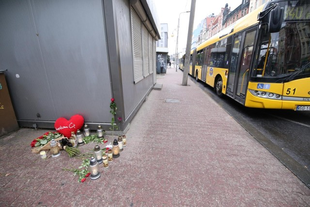 Znicze na przystanku autobusowym w którym zginęła dziewczyna potracona przez autobus.