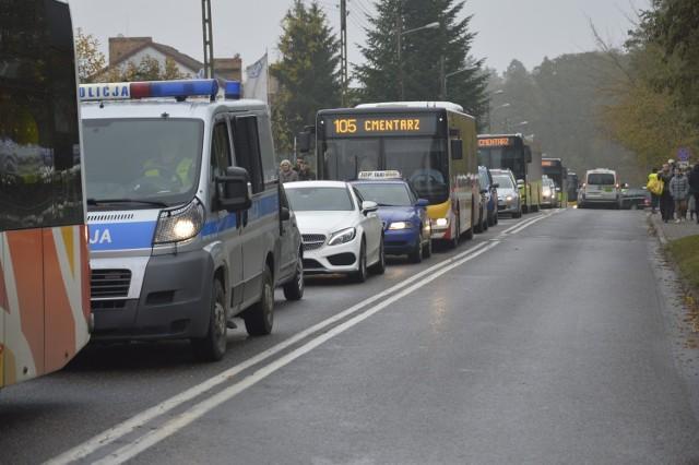 Tak 1 listopada wyglądał dojazd do cmentarza przy ul. Żwirowej w Gorzowie. I to jeszcze nie były godziny szczytu.
