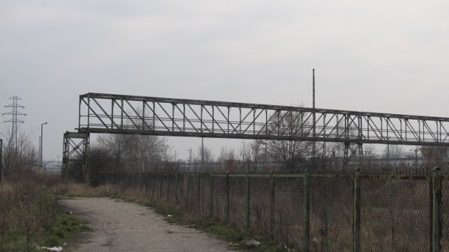 Kładka kolejowa przy Dworcu Głównym do rozbiórki  - widok od ul. Świstackiego