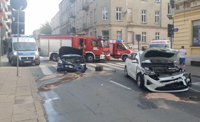 Groźny wypadek w centrum Łodzi. Po godz. 12 na skrzyżowaniu Pogonowskiego i Struga doszło do zderzenia 2 samochodów  osobowych (hyundai, kia), dwa kolejne auta (zaparkowane przy ul. Struga) zostały rozbite. 3 osoby są poszkodowane. Zobacz ZDJĘCIA na kolejnych slajdach