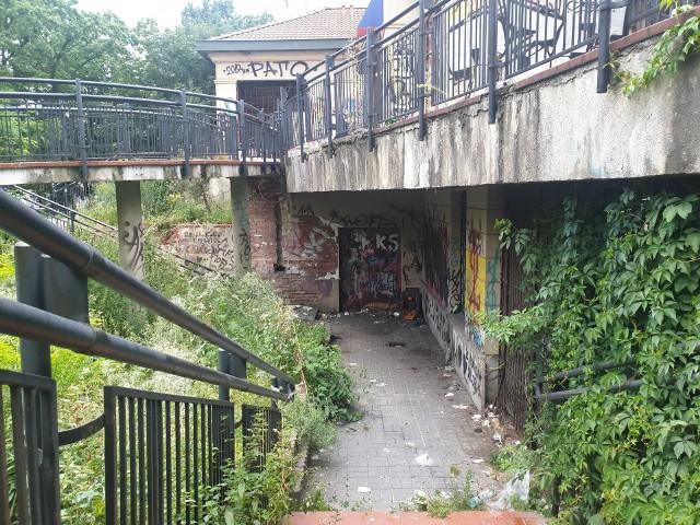 Piętrowy budynek w pasażu Rubinsteina, w którym znajdowała się pierwsza Pizza Hut w Łodzi, zamienił się w wysypisko śmieci azyl dla kloszardów. Wandale powybijali w nim szyby i pomazali ściany wulgarnymi napisami. Najgorszy jest jednak unoszący się w pobliżu dawnej restauracji... smród!ZOBACZ ZDJĘCIA