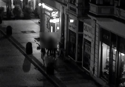 Straż Miejska w Inowrocławiu opublikowała kolejny film z rozrabiającą młodzieżą w rolach głównych. Do tych zdarzeń doszło w nocy z piątku na sobotę- Operator monitoringu zauważył grupę młodzieży spożywającą alkohol na ławce przy ulicy Królowej Jadwigi, na wysokości Placu Klasztornego. Dodatkowo otrzymaliśmy zgłoszenie od mieszkańca miasta w tej sprawie, ponieważ młodzież bardzo głośno się zachowywała i tłukła butelki. Kamera monitoringu zarejestrowała grupkę młodych osób, która spożywała alkohol, zachowywała się agresywnie, jedna z dziewczyn rzuciła butelkę na chodnik - relacjonują strażnicy miejscy. O sprawie natychmiast został poinformowany dyżurny Komendy Powiatowej Policji. Patrol policji podjął interwencję.Oto zapis monitoringu: