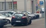 Mistrzowie Złego Parkowania w Białymstoku. Nawet straż miejska zastawiła parkomat