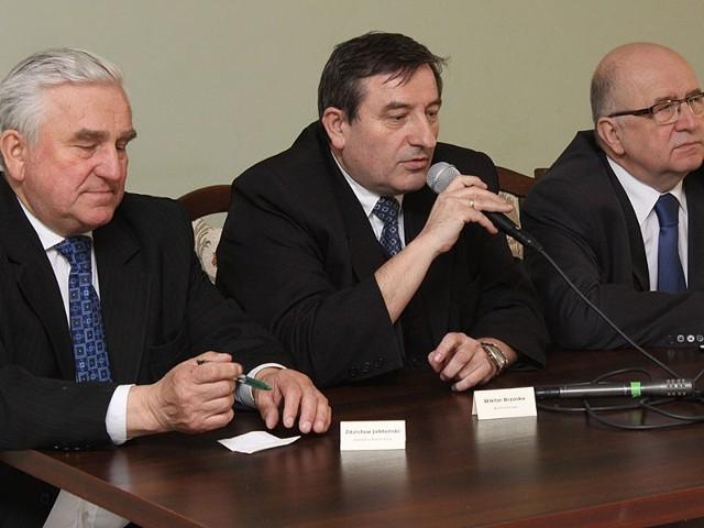 Na zdjęciu(od lewej)  Zdzisław Jabłoński, zastępca burmistrza Łap, Wiktor Brzosko, burmistrz Łap (w środku) oraz Marek Indyk, dyrektor  Agencji Rozwoju Przemysłu