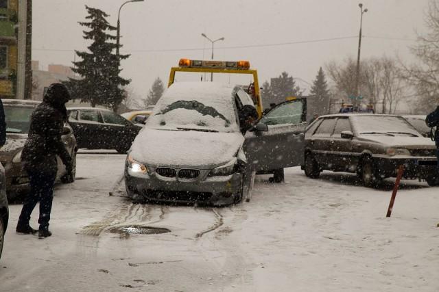 Rozbite bmw zabrała laweta. Auto prawdopodobnie zostało skradzione.