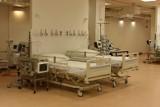 Dlaczego przed szpitalami czekały karetki z chorymi na COVID, a w szpitalu tymczasowym w Sopocie leży tylko siedmiu chorych?