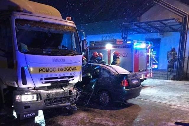 We wtorek po godz. 16.30 w miejscowości Perzów koło Kępna doszło do zderzenia lawety z dwoma samochodami osobowymi. W wypadku zginął kierowca jednej z osobówek. Zobacz więcej zdjęć ---->