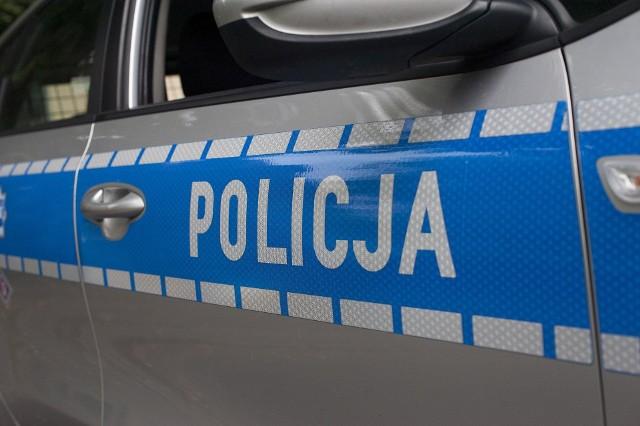 """W Kąpielach Wielkich, w gminie Wolbrom, policjanci ujęli potencjalnego drogowego mordercę. Siedział za """"kółkiem"""" bez uprawnień i kompletnie pijany."""