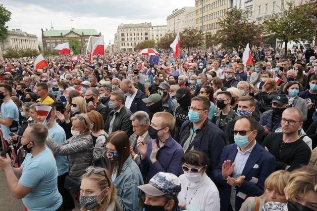 """Na """"briefingu"""" Trzaskowskiego w Poznaniu było kilkaset osób. Policja analizuje wydarzenie"""