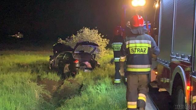 Dwie osoby zostały ranne w wypadku, do którego doszło w piątek wieczorem w Chróścicach pod Opolem. Renault wypadło z drogi na zakręcie. Samochodem jechały cztery osoby, dwie zostały ranne i zabrane do szpitala.