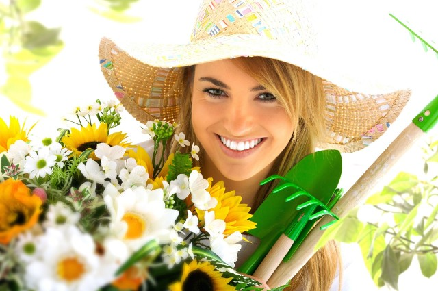 Kobieta z kwiatami w ogrodzieGdy już wybierzemy i zasadzimy rośliny, zadbamy o odpowiednie nawodnienie i zainstalujemy oczko wodne czas zacząć się rozkoszować pięknem natury. Możemy pomyśleć o hamaku lub altance ogrodowej, która pozwoli nam jeszcze pełniej cieszyć się czarującym widokiem na ogród.
