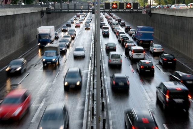 Czy jazda na suwak zrewolucjonizuje przepisy ruchu drogowego? Wielu uważa, że tego typu rozwiązanie poprawi płynność jazdy.
