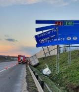 """Wypadek za wypadkiem na A4. Seria zdarzeń na autostradowej obwodnicy Krakowa. Samochód dostawczy """"skosił"""" drogowskaz [ZDJĘCIA]"""