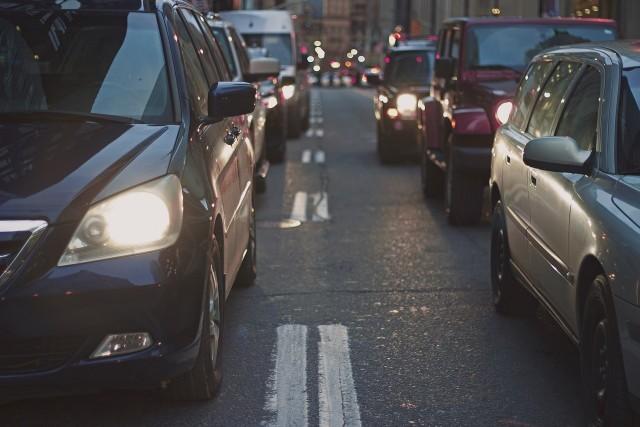 Krzysztof Tura (aip)W zeszłym roku w Polsce sprzedało się ponad 400 tysięcy nowych samochodów. Rynek samochodów używanych jest kilkakrotnie wyższy. Postanowiliśmy sprawdzić jakie marki są najpopularniejsze wśród Polaków. Pomimo, że moc nabywcza typowego Polaka jest wciąż znacznie niższa niż u naszych zachodnich sąsiadów, rynek sprzedaży nowych samochodów w zeszłym roku zanotował kilku procentowy wzrost.W 2015 roku zarejestrowano u nas ponad 400 tysięcy nowych samochodów, o 30 tysięcy więcej niż w poprzednim roku. Najpopularniejszymi samochodami Polaków są skody i volkswageny, dominują na naszym rynku już od wielu lat. Lubimy również toyoty bo to właśnie samochody tego koncernu zamykają podium polskiego rynku motoryzacyjnego. Najważniejszymi czynnikami przy wyborze auta w Polsce to niska cena oraz niskie koszty eksploatacji. Jednak z roku na rok coraz więcej jesteśmy chętni wydać na dodatkowe wyposażenie.Jeżeli od tej liczby odejmiemy klientów firmowych, czołówka trochę się jednak zmieni. Skoda co prawda dalej będzie na pierwszy miejscu, jednak na drugie wskoczy opel, który bije w tym miejscu między innymi volkswagena. Trzecie znowu należy do japońskiej Toyoty. Polacy kochają zarówno skody octavie jak i fabie. Oba modele aut piastują pierwsze miejsca zarówno wśród klientów indywidualnych jak i firmowych. Dopiero po nich pojawia się volkswagen golf, toyota yaris, opel corsa i ford focus .
