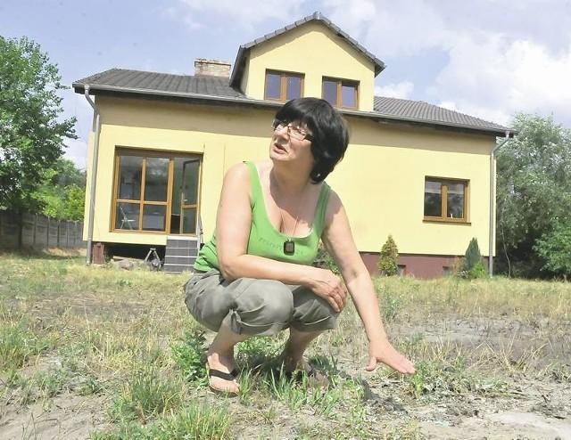- Ścieki, które wylały się w miniony weekend sięgały w niektórych miejscach nawet do 10 cm. A śmierdzi po nich do dziś - mówi Danuta Grzywacz.