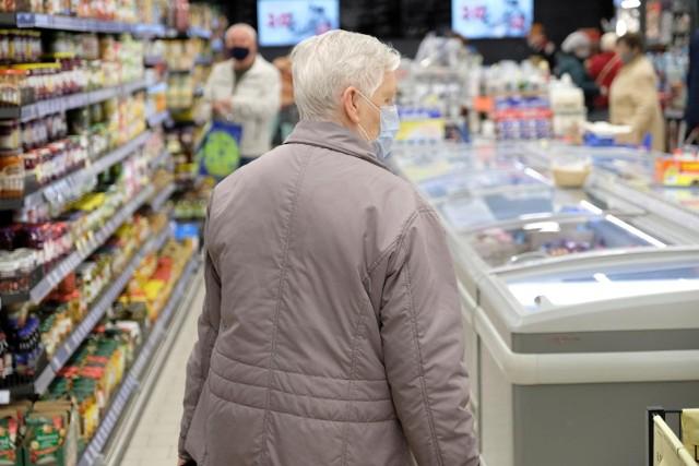 Waloryzacja emerytur 2022. Przyszłoroczna waloryzacja może nie być tak wysoka jak się niektórzy spodziewali. Jak podaje portal se.pl, rząd nie zgodził się bowiem, aby w jej wskaźnikach uwzględnić 50 proc. wzrostu płac, o co postulowało na przykład Stowarzyszenia Emerytów, Rencistów i Kombatantów. Marcowa podwyżka wynieść ma zatem tylko 4 proc.  Czytaj dalej. Przesuwaj zdjęcia w prawo - naciśnij strzałkę lub przycisk NASTĘPNE