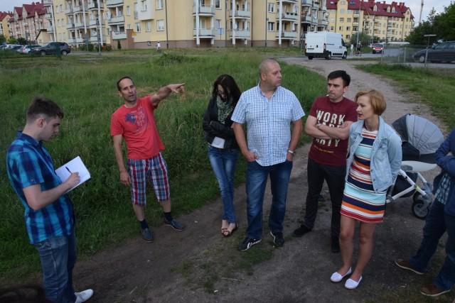 W czerwcu mieszkający przy ulicy Raciborskiego oraz w pobliżu w spotkaniu z nami zarzucali miastu, że nie ogłasza żadnych konsultacji społecznych w sprawie planowanej budowy drogi mającej połączyć ulice Batalionów Chłopskich i Szajnowicza-Iwanowa. Niebawem te konsultacje się odbędą. Miasto planuje je ogłosić już nawet w tym tygodniu.