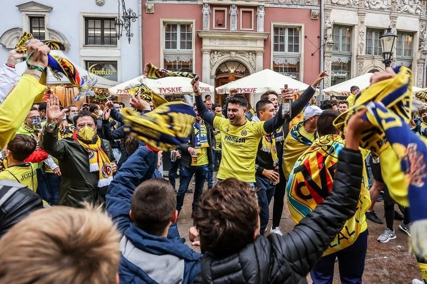 Fani z Hiszpanii i Anglii opanowali centrum Gdańska. Bawią się przed finałem Ligi Europy Villarreal - Manchester United [dużo zdjęć]
