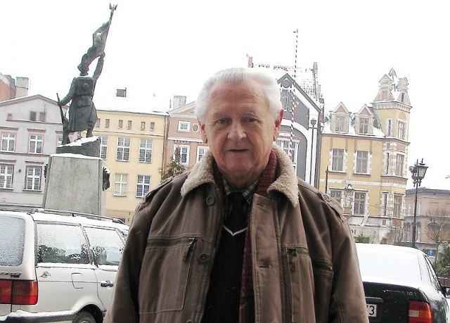 Zbigniew Zelmański uważa, że skoro mamy w Grudziądzu Pomnik Żołnierza Polskiego (w tle) i ułana z dziewczyną, to najwyższy czas na Pomnik Lotnika.