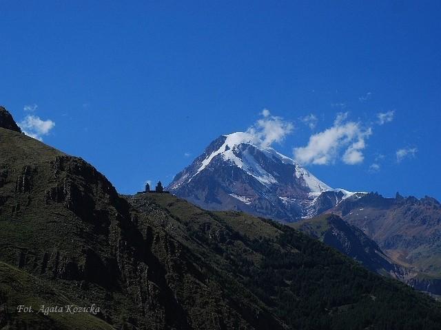 Szczyt góry Kazbek na Kaukazie nawet latem jest pokryty śniegiem.