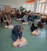 """Ratownicy z Grupy LUX MED uczą pierwszej pomocy uczniów białostockich szkół podstawowych. Ruszyła kampania """"Umiem pomóc"""""""
