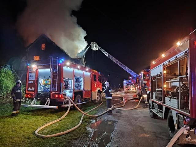 Pożar w Kłobuczynie. 13 osób musiało się ewakuować. Dach spłonął doszczętnie
