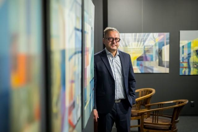 Robert Gołębiowski, bydgoski biznesmen, od lat inwestuje w dzieła sztuki. Stan jego magazynów  to ponad 300 obrazów płócien plus kolekcja prywatna.