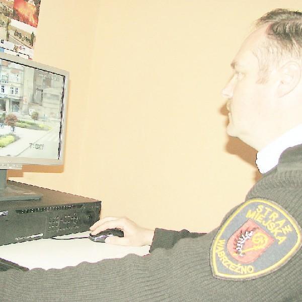 Mirosław Lewandowski, zastępca komendanta straży miejskiej obserwuje wąbrzeskie ulice