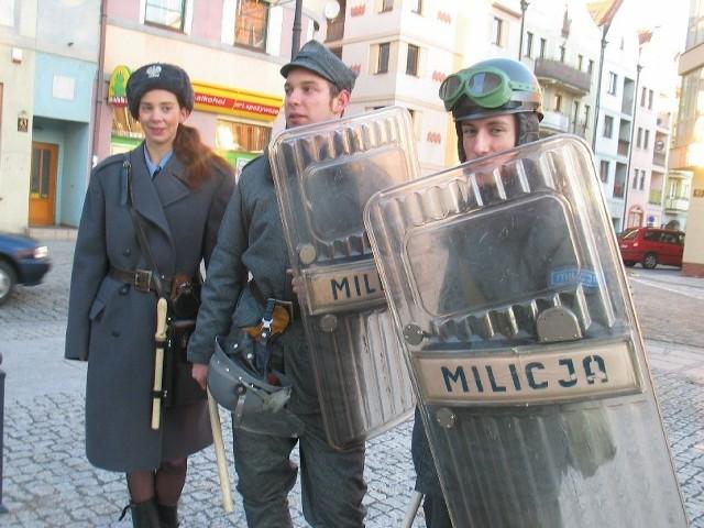 Grzegorz Stój (w kasku), Sandra Złośnik i Szymon Domagała wczoraj chodzili po Głogowie przebrani za funkcjonariuszy ZOMO. Są członkami grupy rekonstrukcyjnej z Warszawy.
