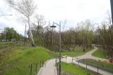 Sosnowiec. Alejki w parku Tysiąclecia już gotowe. Są nowe latarnie, schody i rośliny. Są też spacerowicze