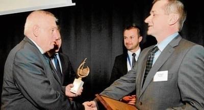 Rektor PK prof. Kazimierz Furtak nagradza Jacka Habryło z firmy NPF FOT. JAN ZYCH