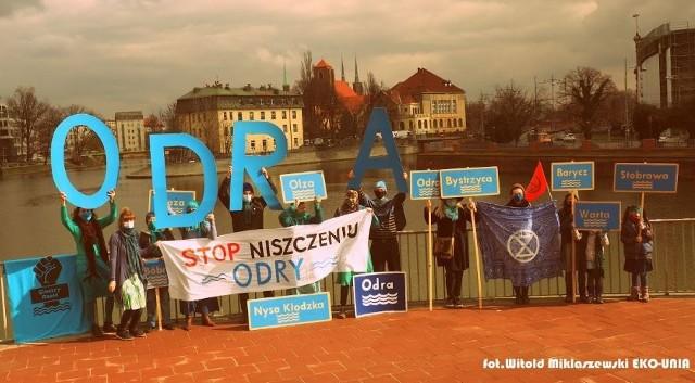 Członkowie Koalicji Ratujmy Rzeki domagają się wstrzymania regulacji Odry.