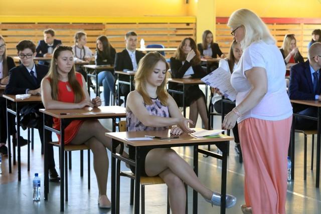 Egzamin gimnazjalny 2018. Uczniowie napisali już egzamin z części przyrodniczej. Przedstawiamy odpowiedzi oraz arkusze z dzisiejszego egzaminu z części przyrodniczej.Odpowiedzi do zadań na kolejnych slajdach. Uwaga! Podane odpowiedzi są sugerowane ----->Egzamin gimnazjalny 2018 - jak przygotować się w ostatnich dniachPartner serwisu:Sokrates international Schools