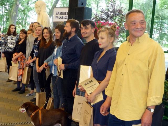 Podsumowanie pleneru rzeźbiarskiego - ŁabiszynOpiekę merytoryczną nad młodymi twórcami objął Aleksander Krajewski, lokalny rzeźbiarz (w żółtej koszuli)